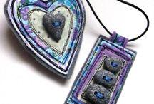 brože a náhrdelníky