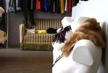Vintage fietsjurkjes / Hiernamaals heeft een kledinglijn van klassieke wielrenshirts vermaakt tot jurkjes. Om de truien te verstellen tot jurken worden stroken van andere stoffen gebruikt. Deze stoffen zijn niet tweedehands maar nieuw. Net zoals de eventuele ritsen, knopen, voeringen en garen. Helemaal 100% gerecycled zijn de truien dus niet maar leuk zijn ze zeke