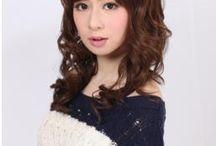 Wigs2you.com / 日本オリジナルウィッグの通販店【Wigs2you.com】では1000種類以上のスタイルを取り揃えています。 海外に多数拠点を置き、全世界に広く展開されているウィッグショップの商品や世界のプロスタイリストがおすすめする商品を、日本の皆様に通販で販売するネットショップです。 Wigs2you.comのウィッグは一度使ったら絶対手放せなくなること間違いなし! 豊富なウィッグコレクションをどうぞお楽しみください!!