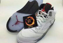 """Air Jordan 5 """"White Cement"""" / Air Jordan 5 """"White Cement""""  Dotychczas widywało się customy w tym wydaniu, lecz jak widać Jordan Brand postanowił przerzucić oryginalną kolorystykę Air Jordan 4 na ich następcę. Tym samym tego lata mamy miećAir Jordan 5 w kolorystyce """"White Cement"""", gdzie oczywiście dominuje biel z szarymi nakrapianymi akcentami. Poniżej mamy pierwsze zdjęcia tego wydania – jakie są Wasze wrażenia póki co? Na chwilę obecną wiadomo tyle, że mają kosztować 190$"""