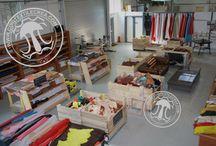 Cuir Textile Crea - Le Magasin - Notre showroom / CuirTextileCrea a le plaisir de vous accueillir sur son espace de vente en ligne dédié aux métiers de La Maroquinerie, de La Reliure, de La Dorure et de La Tapisserie.  Après plusieurs Années, en direct avec les professionnels du métier et leurs sites de production, nousnous avons acquis une solide expérience dans la distribution d'outils, de fournitures et consommables, d'accessoires et de machines en rapport avec leurs métiers.