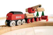 Eisenbahnen aus Holz / Viele Erwachsene, die von einer Spielzeugeisenbahn aus Holz sprechen, sagen häufig einfach nur: Brio-Bahn! Dieser Kult kommt nicht von ungefähr. Seit den 50er Jahren erobert die hochwertige Holzeisenbahn des schwedischen Spielzeugherstellers mit den vielen Zubehörteilen Kinderzimmer in der ganzen Welt.