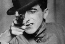 Berenice Abbot / Fotografías de diferentes trabajos de Berenice Abbot. Años 30 en Nueva York (EEUU). Fotografía callejera de Nueva York, retratos modernistas de intelectuales y artistas,cientificas y sobre la Ruta 1. Ayudante de Man Ray (fotografía surrealista