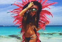 ´Headdress on the Beach´ / Play it cool on the beach with our beautiful Indian Headdresses. Simply love to see when the stunning scenery clashes with our handmade Native American Headdresses