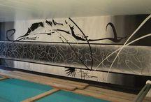 Abstracte en figuratieve wandschilderingen / Laat je fantasie de vrije loop en kies voor een abstracte muurschildering in huis. Alles is mogelijk, van eenvoudige tekeningen tot heuse kleurexplosies.