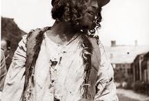 """I Calderas / Io me li ricordo ancora! Arrivavano una volta all'anno, sui carrozzoni trascinati dai cavalli, e si fermavano giusto il tempo di aggiustare le pentole di rame di tutto il paese. Commerciavano anche in cavalli e si diceva che  conoscessero l'arte di camuffare un cavallo tarocco in uno spledido esemplare! Ma erano zingari """"per bene"""" non rubavano e non chiedevamo la carità. Io sognavo di andare via con loro e vivere libera intorno ai fuochi!!!"""