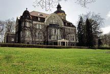 Łężany - Pałac / Pałac w Łężanach wybudowany w latach 1909–1911 w stylu neobarokowym jako siedziba pruskiego rodu szlacheckiego von Fischer-Lossainen. Obecnie w pałacu trwa modernizacja mająca przystosować obiekt do pełnienia funkcji ośrodka konferencyjnego wraz z bazą noclegową i gastronomiczną. Zarówno pałac jak i całe założenie utrzymane są w bardzo dobrym stanie i udostępniane są zwiedzającym.