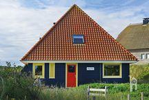 ScanaBouw Houtbouwsystemen, originele piramidevorm / woonhuis / De woning heeft top isolatie (warm & koud), een gezellige uitstraling en minimaal twee zonterrassen. Het houten terras rondom heeft bijna iets van een vlot. De warme uitstraling en de geur van Scandinavië verschaffen deze woning als vanzelf een recreatiegevoel.