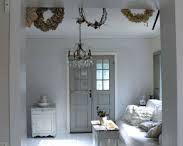 Wit/grijze inrichting / wit/grijze meubels en prullaria