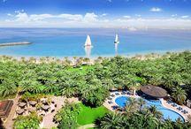 Ras al Khaimah / Ras al Khaimah, heute das viertgrößte Emirat, war einst ein gefürchtetes Seeräuberzentrum der Region. Das kleine Emirat ist nur 1.700 km² groß und besteht aus zwei Teilen.  Das Emirat lebt heute von Tourismus, Handel und Landwirtschaft. In der Küstenebene liegen ausgedehnte und fruchtbare Orangen- und Dattel-Plantagen, die durch Quellen im nahe gelegenen Gebirge bewässert werden. Mehr Infos: http://www.kombiurlaub.eu/dubai