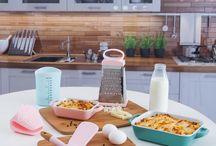"""Yeni Tema: Bahar ile Tazelenen """"Renkli Mutfaklar"""" / English Home ile tazelenen mutfaklar için yeni tema """"Renkli Mutfaklar""""  Pratik kullanımları ve pastel renkleriyle birbirinden çeşitli mutfak ürünleriyle dolu """"Renkli Mutfaklar"""" teması, mutfağını yenilemek ve mutfağının enerjisini yükseltmek isteyenlerin beğenilerine sunuluyor."""