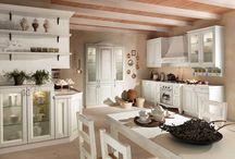 Ducale | Classic Kitchen / Una cucina fatta di passione e solidità, nell'atmosfera calda e rarefatta delle nostre terre. Il vero massello di legno dai forti spessori viene esaltato dall'originale disegno dei suoi frontali e dalla preziosità di particolari ricchi di suggestione.