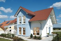 """Musterhaus Vision / """"Vision"""" steht bei Fertighaus WEISS für ein Hauskonzept, bei dem sich modular aufgebaute Grundrisse flexibel zu einem individuellen Raumkonzept zusammenstellen lassen. So lässt sich eine Planung nach Maß mit kostengünstigem Bauen vereinbaren. Die künftigen Bewohner können je nach Wunsch mit offenen Übergängen oder separaten Räumen im Erdgeschoss bauen, mit oder ohne Büro und Treppenhauserker, mit bis zu drei Kinderzimmern oder Dachstudio."""