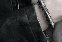 Single armbanden DAMES / OXies Single armband Deze leren armband wikkelt 1 x om je pols. Verkrijbaar in het Single Studs, Macramé Basic en Macramé Steel model. Klik aan dit model een Tangle armband en maak jouw eigen combi! Prijs v.a. €34,95