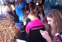 De bus in vele kleuren en gedaanten / De bus is er voor iedereen. De naam komt van het Latijnse Omnibus, en dat betekent - inderdaad - 'Voor iedereen'.