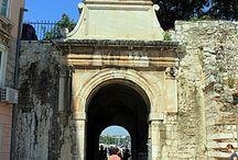Zadar / Zadar, położony w środkowej Dalmacji, jest oddalony o 160km od Splitu i tylko 72km od Šibenika. Stare Miasto leży na półwyspie, zamkniętym między ulicami biegnącymi wzdłuż dwóch nabrzeży. Więcej o Zadarze tutaj: http://crolove.pl/tag/zadar