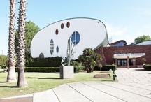 La Grande Motte / Station balnéaire datant de 1965 réalisée par l'architecte Jean Balladur. L'ensemble constitue un manifeste d'architecture du XXè siècle.