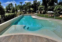 La nostra Piscina / Il Relais Bellaria Hotel offre ai propri ospiti una bellissima piscina scoperta, con punti relax e idromassaggio in botti di rovere... Scopri le offerte su www.hotelrelaisbellaria.com