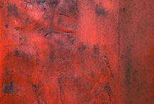 """Exhibition """"BRITTA BREMER"""" / As cores puras explodem com intensidade nas telas da artista Britta Bremer. Tons monocromáticos apresentam-se sempre em equilíbrio, vibrantes e com variações de brilho e saturação. A artista liberta-se da """"obrigação"""" de representar objecto, encontra inspiração no sol, nas profundezas, na paixão. Nesta série de trabalhos a luz crepuscular contrasta com o encarnado do desejo e com um azul distante da luz, mais próximo da sombra profunda."""