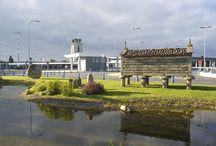 Aeropuerto de A Coruña / El aeropuerto de A Coruña está situado al norte de la provincia de A Coruña, en el término municipal de Culleredo, a unos 8 kilómetros de distancia del centro de la capital.