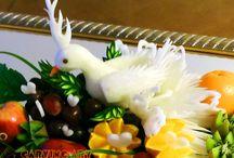 GOŁĘBIE /    Mamy w swoim życiu przyjęcia, którym towarzyszą gołębie jako jeden z symboli np.: wesela, chrzcin czy komunii świętej.    Również i w mojej ofercie jest możliwość zamówić wyrzeźbionego gołębia z białej rzodkwi, ułożonego na lustrze wśród kwiatów lub owoców.