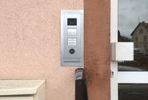 Soyez branchés ! / Pour vos travaux d'électricité il est préférable de faire appel à un professionnel du métier. Remplacez votre tableau électrique pour sécuriser au mieux votre logement. Installez une alarme ou un interphone pour votre maison pour plus de confort. Mettez en place une borne de recharge pour votre voiture électrique. Tout est possible à condition de bien respecter les normes en vigueur !