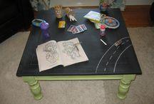 Salontafel voor kinderen / Kinderen houden van tekenen, het kan ze uren bezig houden. Alleen zijn ouders niet altijd even blij met de artistieke tekeningen van kindlief, al helemaal niet wanneer deze zich niet beperkt heeft tot het tekenvelletje en verder gaat over bijvoorbeeld; de tafel.