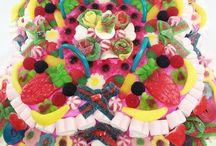 Tartas de chuches / Nuestras tartas de chuches son diseñadas cuidadosamente y elaboradas a mano a base de golosinas y caramelos de alta calidad. Se elaboran bajo demanda, por lo que recibirás tu tarta de chuches fresca y recién hecha. Ideales para fiestas y celebraciones!