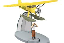 En avion Tintin - Tintin aircrafts / NEW TINTIN COLLECTION With Book and aircraft models Moulinsart / Hachette. Available only in France (be extended thereafter). Aircrafts play a significant role in many of Tintin's adventure! With this new collection, you can get to know and recognize the aircraft types depicted in the Adventures of Tintin, quickly and easily. Available in France only for the time being.