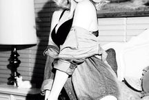 Ensaio Pin-Up em PB / As Pin-Ups nasceram nos anos 40, 50. Eram aquelas mulheres charmosas que estampavam as paredes dos soldados americanos. Gosto das fotos neste estilo pois são sensuais sem serem vulgares. Tem aquele ar inocente. Neste ensaio, as fotos são todas em PB, o que deixa tudo ainda mais lindo! (http://todapoa.wix.com/todapoa#!ensaios/c18ej)