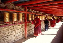 Tibet Gruppenreisen / Lernen Sie auf einer unserer Tibet Gruppenreisen das Dach der Welt hautnah kennen und lassen Sie sich gemeinsam mit Ihren Mitreisenden von Tibets geheimnisvoller Kultur und atemberaubender Landschaft beeindrucken.