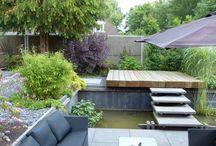 Watertuin / In deze tuin is een verlaagd terras aan het water gemaakt. Een stoere trap verbindt het terras met de rest van de tuin. Het water loopt door onder het terras.  Deze tuin is aangelegd door: Frans Houdijk Stijltuinen!