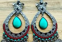 Brincos / Brincos são peças de joalheria ou bijuteria que servem para adornar as orelhas. Podem ser usados tanto por mulheres como por homens.