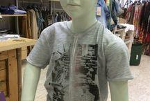 """RONNIE KAY BAMBINO / Ronnie Kay è il marchio che pensa e si comporta come questa generazione Digital Native, un brand libero, cosciente delle grandi possibilità della tecnologia e dei giovani. La prima collezione maschile Ronnie Kay, dai 3 ai 16 anni, ha debuttato al Pitti di Firenze, giunto alla 73° edizione. """"L'approccio con il mondo reale è stato molto divertente"""" raccontano i titolari dell'azienda. """"L'idea di lanciare una nuova linea d'abbigliamento, ammetto che in questo periodo ci vuole non poco coraggio."""