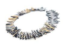 Iskin na 27ª Craft Design /  Especializada em joias contemporâneas, a empresa argentina Iskin utiliza diferentes materiais, como aço inoxidável, alumínio anodizado, couro e acrílico.