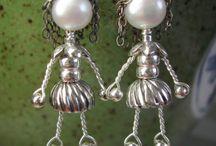 orecchini con figure fatte in filo e pietre varie