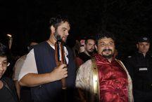 Parada participanților la Festivalul Medieval / Zeci de cavaleri și domnițe au defilat joi seară pe străzile municipiului Suceava în deschiderea ediției 2013 a Festivalului de Artă Medievală stârnind entuziasmul sucevenilor dar mai ales al copiilor. (http://svnews.ro/boier-ursu-a-condus-parada-participantilor-la-festivalul-medieval/24222/)