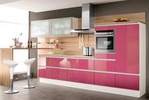 """Küchen in Rosa und Pink / Eine Küche in Rosa ist für viele undenkbar, erinnert sie doch an eine pinkfarbene Barbiewelt. Dass die Farb- und Gestaltungsmöglichkeiten groß sind und eine Küche in Rosa durchaus """"erwachsen"""" aussehen kann, zeigen unsere Küchen."""