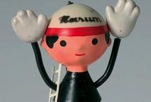 Libuše Niklová / Jedna z ikon českého designu vystudovala Uměleckoprůmyslovou školu v UH. První hračky začala navrhovat již v polovině 50. let minulého století v Gumotexu Břeclav. Od 60. let je její jméno spojováno především s Fatrou Napajedla, kde vznikla slavná polyethylenová zvířátka a miminko s harmonikovým trupem, nápadité nafukovací hračky a také sedací zvířátka. Celkem si nechala patentovat tři chráněné vzory a devět vynálezů. Libuše Niklová navrhovala ke svým hračkám také některé obaly a potisky.