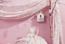 Collection : LENA / Une décoration de #chambre unique et personnalisée pour chaque petite #fille. Poétique et pleine de romantisme, la #collection de tissus Léna vous propose une sélection unique et originale en coton imprimé.