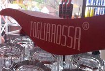 """Fogliarossa - Il nuovo aperitivo / Lo hanno chiamato """"Fogliarossa"""". È il nuovo aperitivo a base di Radicchio Rosso di Treviso IGP. La """"ricetta"""", inedita davvero, l'ha messa a punto uno chef, Giuliano Tonon della famiglia che gestisce il ristorante """"Celeste"""" di Venegazzù, insieme alla Distilleria Franciacorta della famiglia Gozio, che vanta il nobile mestiere della distillazione dal 1901 a Gussago (Bs). Il """"Fogliarossa"""" forse destinato a sostituire il classico Aperol nella preparazione dello spritz?"""