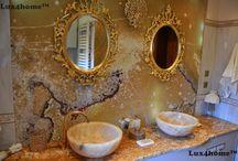 Umywalka z onyksu na blacie w łazience / Umywalka z onyksu na blacie w łazience. Nasze umywalki pasują też do pałacowych wnętrz. Model umywalki Gemma 501 dostępny z onyksu, marmuru, adesitu i piaskowca w 4 rozmiarach.  Realizacja z umywalkami 45x45x17 cm