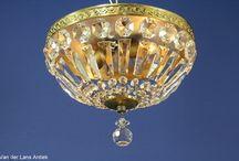 Plafonnieres met kristallen / Klassieke lampen rijkelijk behangen met strengen diamantjes, kralen en plaatjes van glas of kristal.