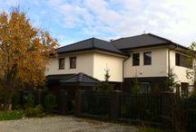Projekt domu Koral / Projekt domu Koral jest piętrowym domem dla 4-6 osobowej rodziny. Architekturę budynku utrzymano w nowoczesnym stylu, łącząc prostotę z dopracowaniem detalu. Budynek składa się z dwóch brył - mieszkalnej i dobudowanego garażu. Od frontu zaplanowano podcień wejściowy, od strony tarasu- podcień ogrodowy.