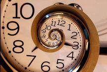 """Időgazdálkodás és önszervezés / Miután lezártuk az előző évünket és kitűztük az új évre vonatkozó célokat (vagy megtettük fogadalmainkat), érdemes átgondolni, hogy ezeknek a – sok esetben már évek óta ismétlődő – céloknak a végrehajtását pontosan hogyan képzeljük. Mindennapi feladataink érzésünk szerint """"megeszik"""" az életünket és éppen arra nem marad időnk, amit a legfontosabbnak érzünk. Mi a megoldás – ha párkapcsolatunk, karrierünk, gyermekünk, vagy mi magunk szenvedjük kárát az állandó időhiánynak?"""