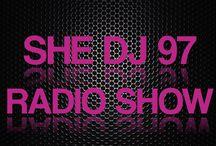 SHE DJ 97 / Um programa feito por 03 DJ's da cena eletrônica e uma RP – O She DJ 97 vai mostrar a visão feminina dentro da cena com muita descontração, bate papo e música da melhor qualidade. O time é formado pela locutora Juliana, a RP Dai Aldebrand e as DJ's Tricy , Dot Larissa, Sabrina Tomé! O programa vai ao ar todas as quintas-feiras a partir das 22 horas.