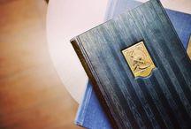寒色の本 / ブルー・パープルなど、背表紙が寒色の本をまとめたインテリア用のデコラティブブック。