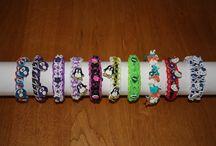 Rainbow loom / Rainbow loom armbandjes met handgemaakte bedeltjes van krimpie dinkie.