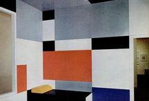 Bauhaus - 1919 / Allemagne / Bauhaus désigne un courant artistique concernant, notamment, l'architecture et le design, la modernité mais également la photographie, le costume et la danse. Ce mouvement posera les bases de la réflexion sur l'architecture moderne, et notamment du style international.