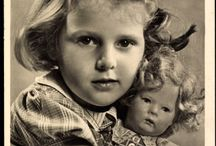 Babázó kislányok